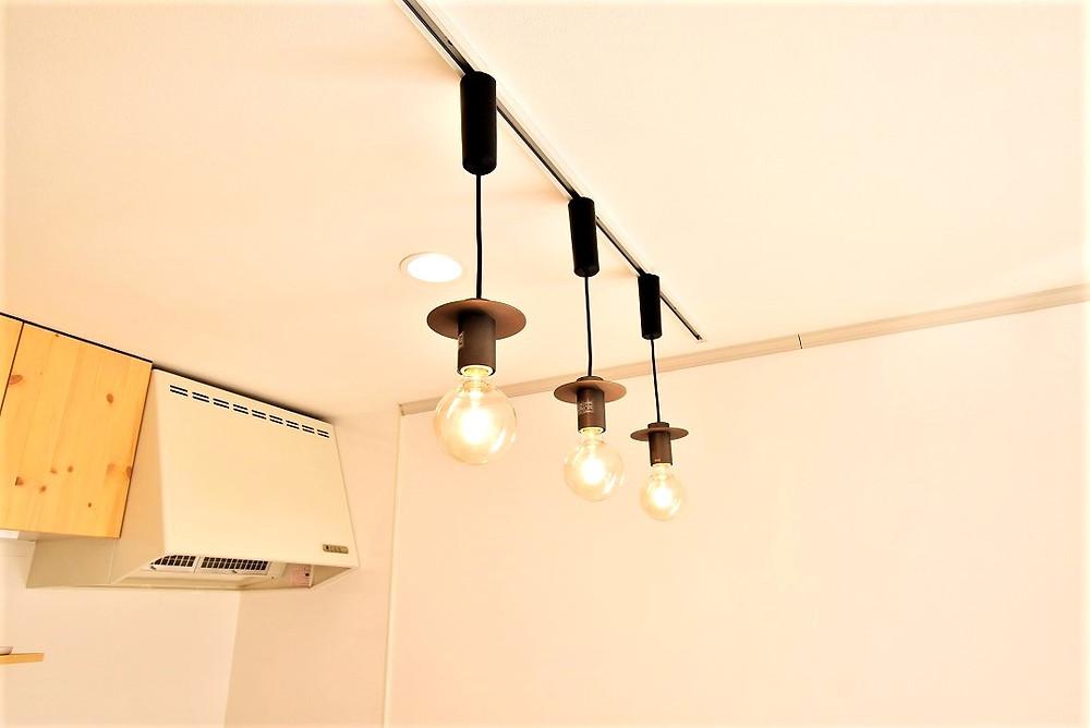 カフェの照明と言ったらペンダントライト。グレイスロイヤルでは一部部屋に設置しています