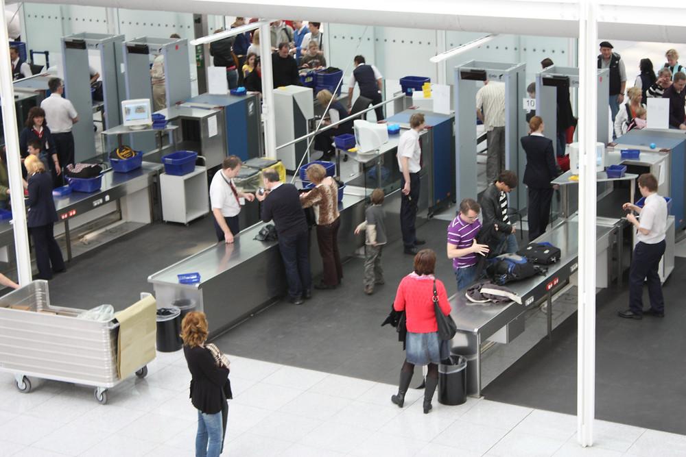 Líneas de seguridad en aeropuerto.