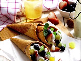 สลัดผลไม้ในกรวยแป้งโฮลวีท