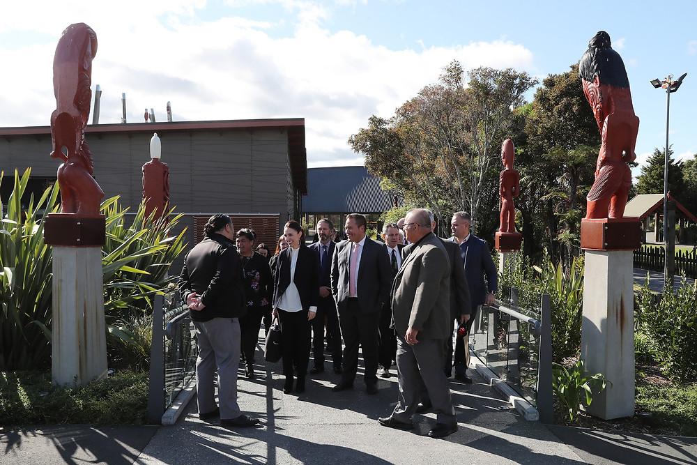 5月19日總理傑辛達·阿德恩(Jacinda Ardern)參觀羅托魯瓦著名景點蒂普亞(Te Puia),與旅遊業和酒店業經營者會面,討論該地區如何從疫情中恢復。隨行人員有毛利人發展部長納奈·馬哈塔(Nanaia Mahuta),旅遊部長卡爾文。戴維斯(Kelvin Davis)和國會議員塔瑪迪。卡菲(Tamati Coffey)(Photo by Michael Bradley/Getty Images)