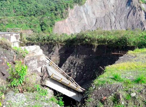 Colapsa el puente sobre la vía Quito-Lago Agrio