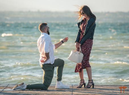 Proposta di Matrimonio, in ginocchio al Lago di Garda. Servizio Fotografico fidanzamento a Sirmione.