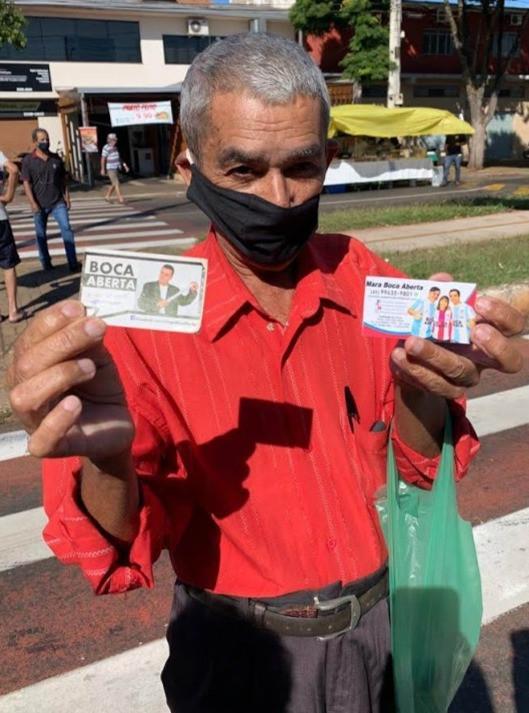 Sr João mostra orgulhoso os cartões que carrega na carteira.  ''Eu tenho orgulho do Boca Aberta, ele é o representante do povo'' declara o eleitor satisfeito.