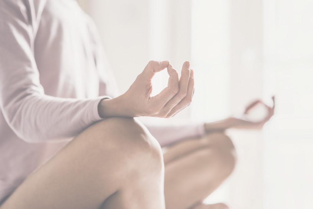 Meditierende Frau sitzend