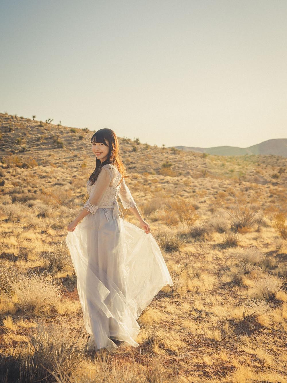 ラスベガス 砂漠エリア ブライダル撮影 振り返ってほほ笑む花嫁