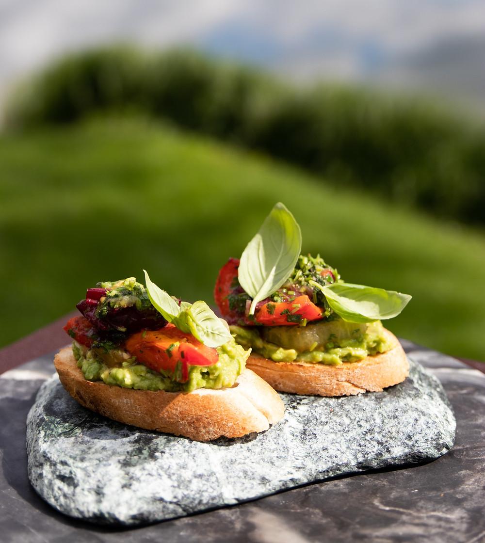 čiabata, brusketos su daržovėmis ir avokado užtepu. grilio patiekalai, ant grili skrudintos daržovės, Alfo receptai