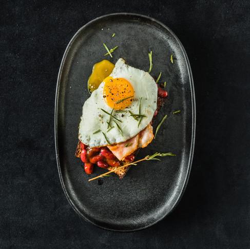 Savaitgalio pusryčiai. Amerikos įkvėptas sumuštinis su rūkytų paprikų pupelėmis, kiaušiniu ir šonine