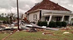 Catastrophe, tornade , maison abimée , débris ,