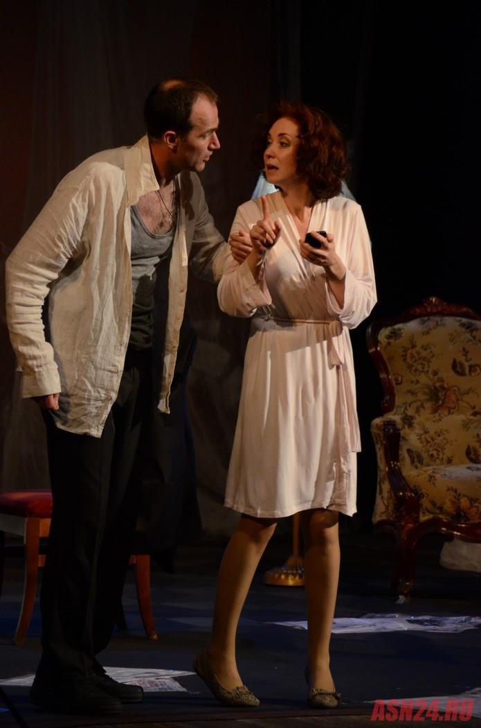 Егор Баринов и Анна Большова в спектакле «Семейный ужин в половине второго»