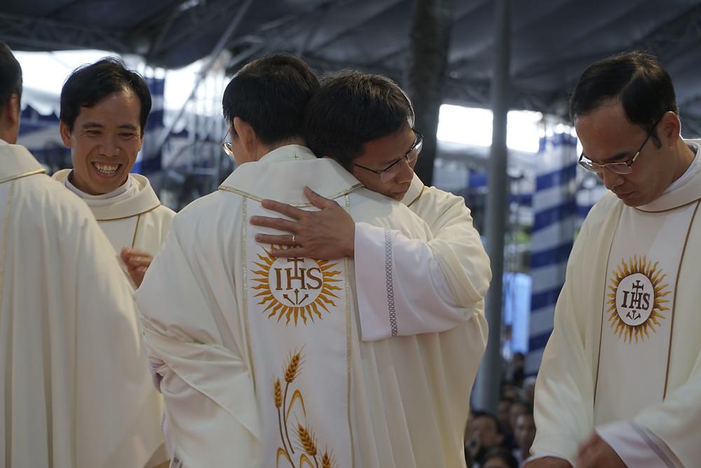 Hình 13: Linh mục đoàn chúc nhau trong sứ vụ mới qua những cái ôm