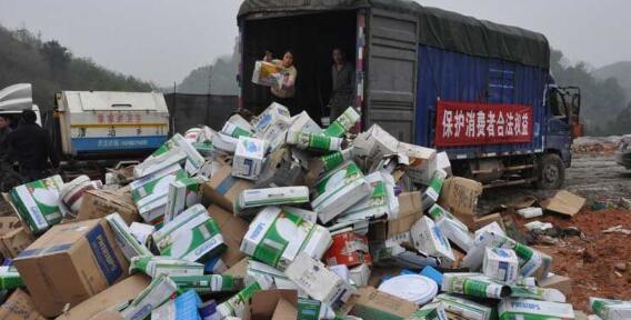 广西梧州销毁假冒伪劣商品近万件