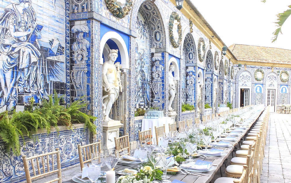 The Blue Tiles at Marques Fronteira Wedding Venue in Portugal are absolutely unique and super trendy. The Color of the Year being blue makes the tiles the perfect match to the wedding decoration