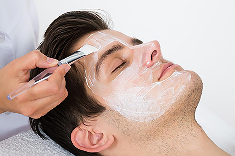 Hombre haciéndose un facial.