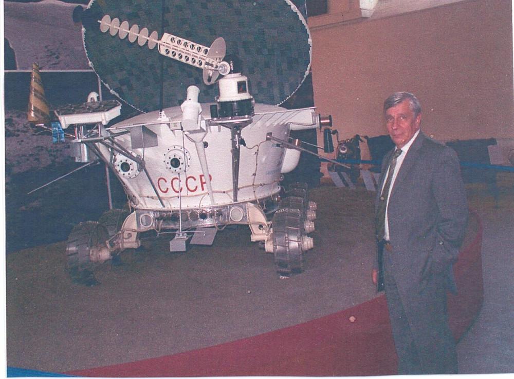 Борис Гладких у полноразмерного макета Лунохода-1