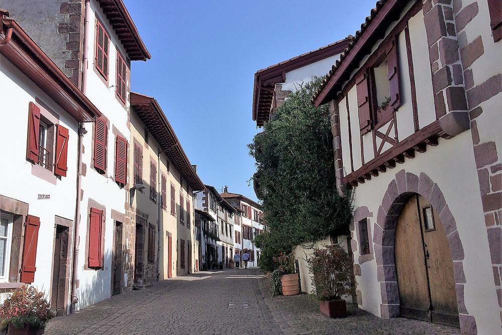 Rue de la Citadelle. Saint Jean Pied de Port. Maisons basse-navarraises.