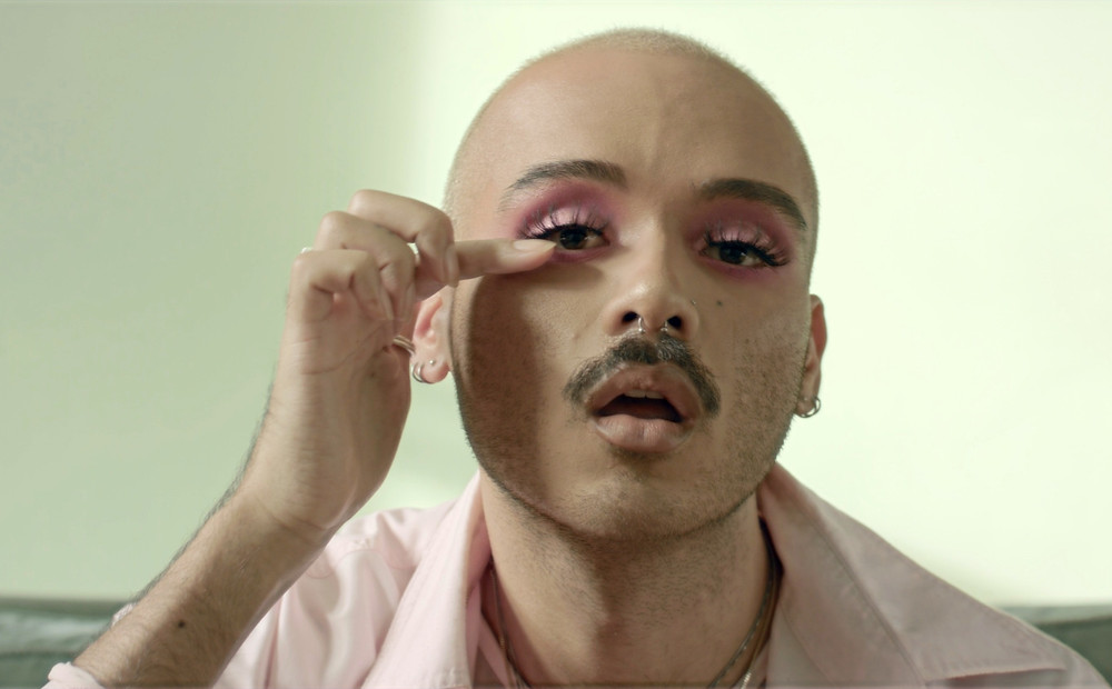 pessoa não-binária com maquiagem
