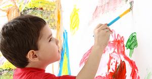 Дете слика нејасни фигури и форми со темперни бои на платно