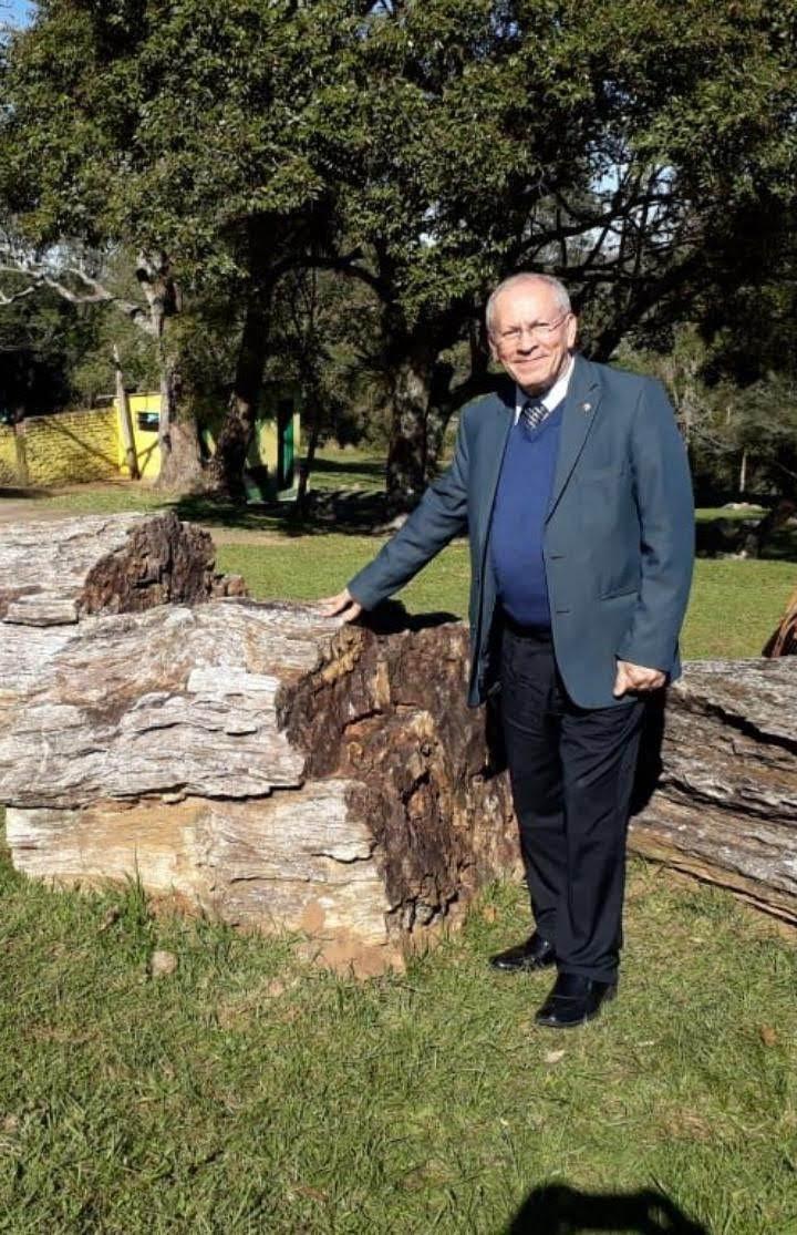 Abdon tocando em uma árvore petrificada de mais de 200 milhões de anos no Jardim Paleobotânico de Mata, Cidade da Pedra que foi Madeira, na Região Central do Rio Grande do Sul.