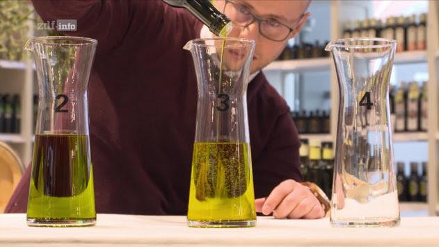Silvan Brun beim Mischen von Olivenölen in der Schrannenhalle in München (Bild: Screenshot ZDF Mediathek, Kamera: Jens Staeder)