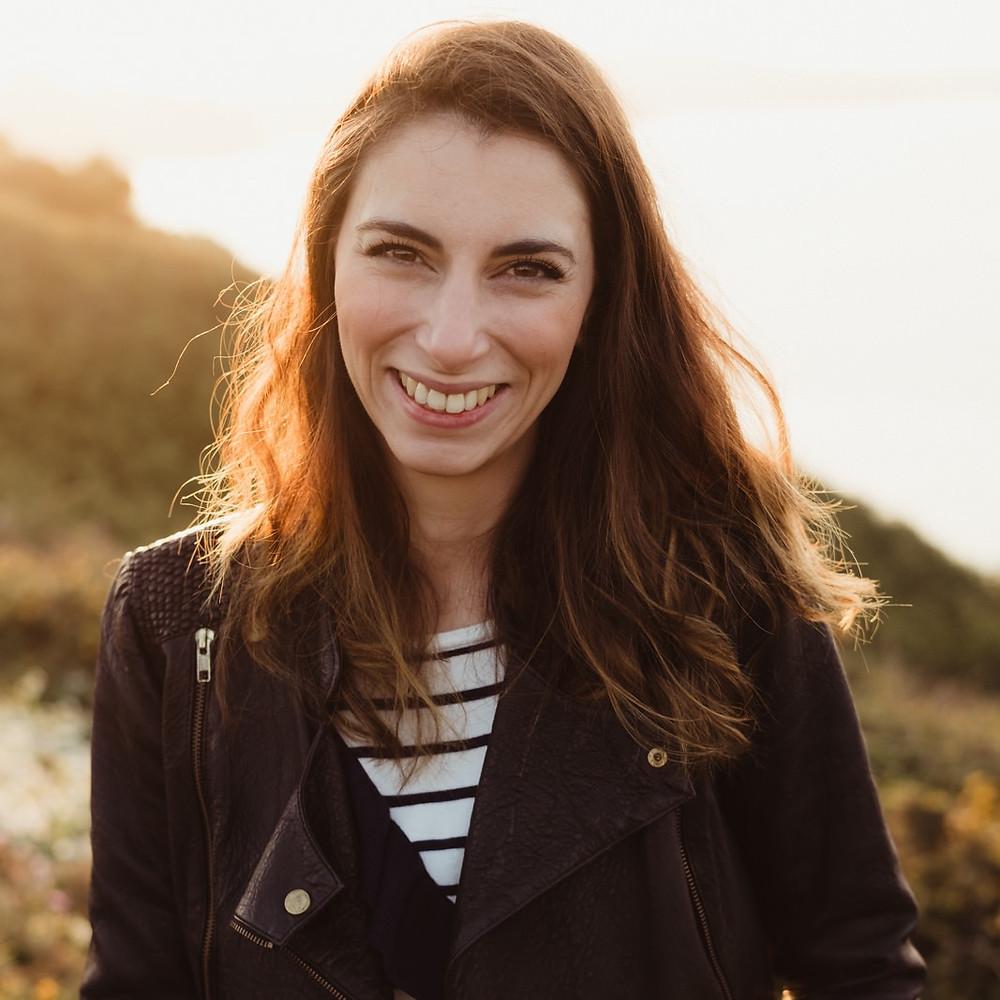 portraits d'âme bretagne, femme souriante sous le soleil breton