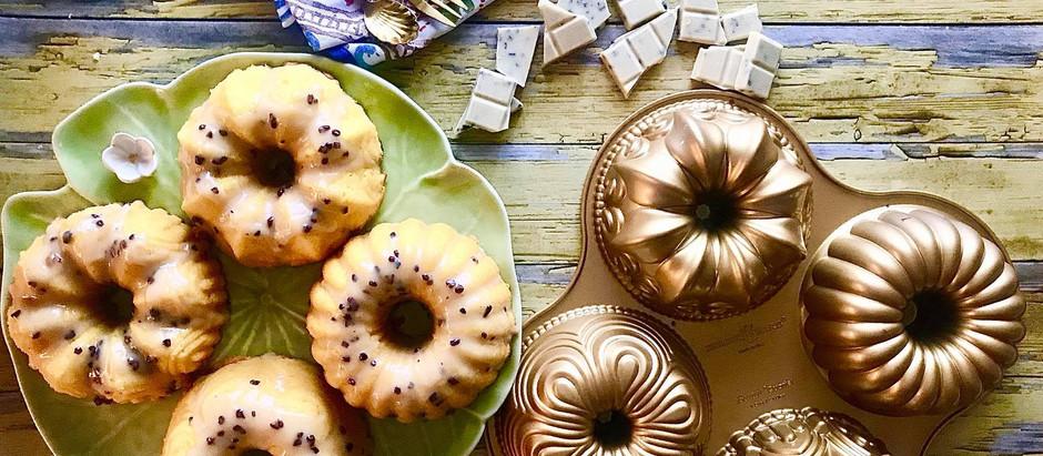 Tortini mango e zenzero con glassa al cioccolato bianco e fave Tonka