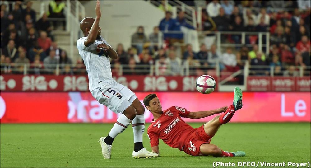 Enzo Loiodice face à Baïssama Sankoh lors du match Dijon FCO et le SM Caen