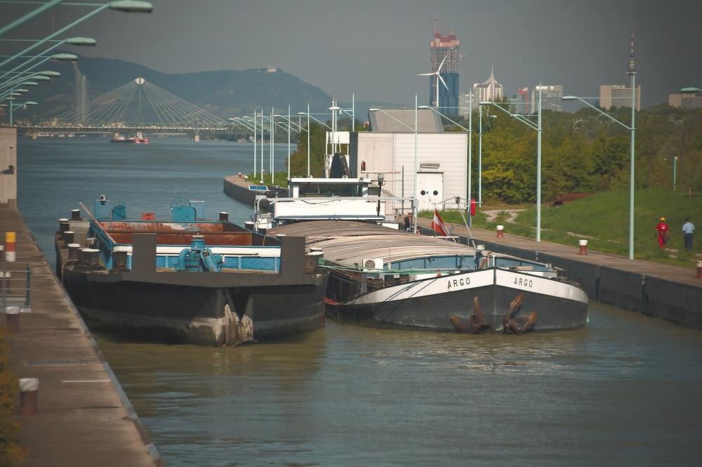 Schleusung Binnenschiffahrt Donau