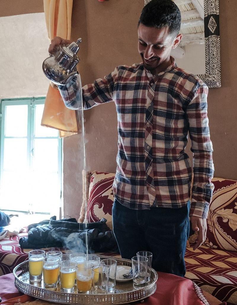 Brahim nalévá čaj