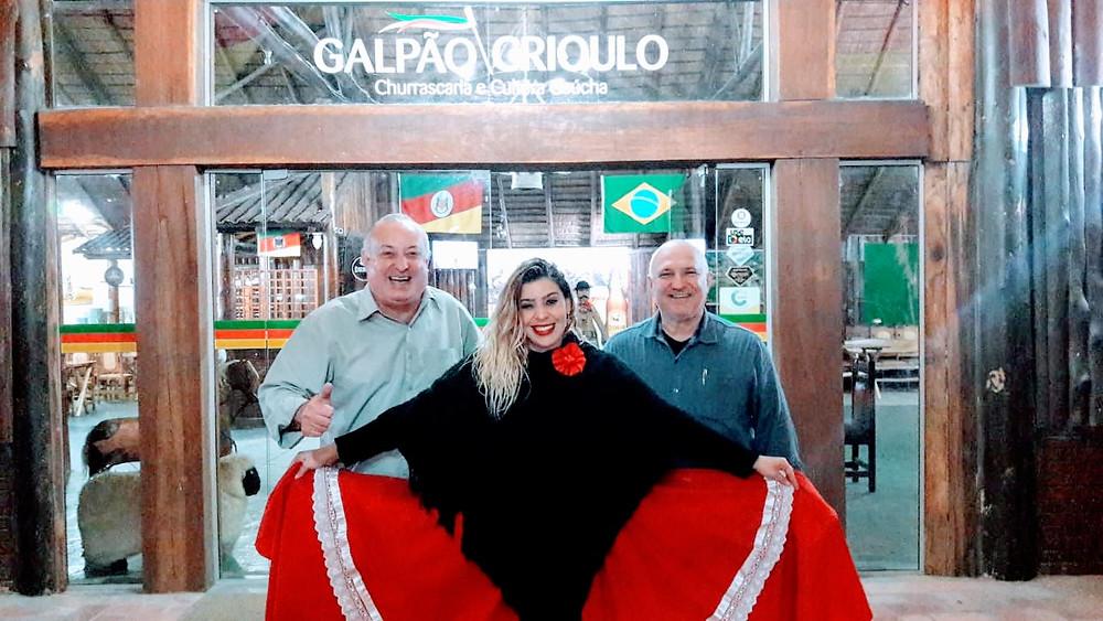 A hospitalidade do povo gaúcho é refletida através da  receptividade do empreendedor  Adalberto Zanatta (D) e a equipe da  Churrascaria Galpão Crioulo, de Porto Alegre.