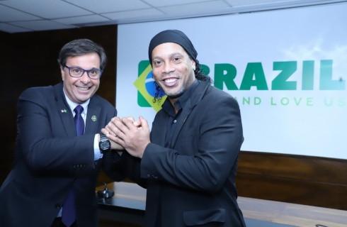Presidente da Embratur, Gilson Machado Neto (E), com Ronaldinho Gaúcho durante o evento que marcou a apresentação da nova marca do Instituto e de seus programas.