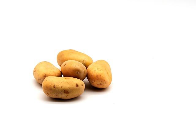 fünf rohe Kartoffeln