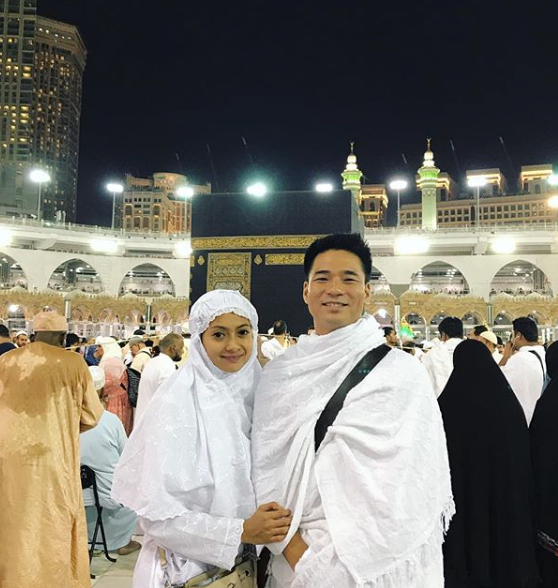 Rini Yulianti dan Michael Ha ibadah Umrah di Ka'bah, Masjidil Haram, Mekah, Saudi Arabia