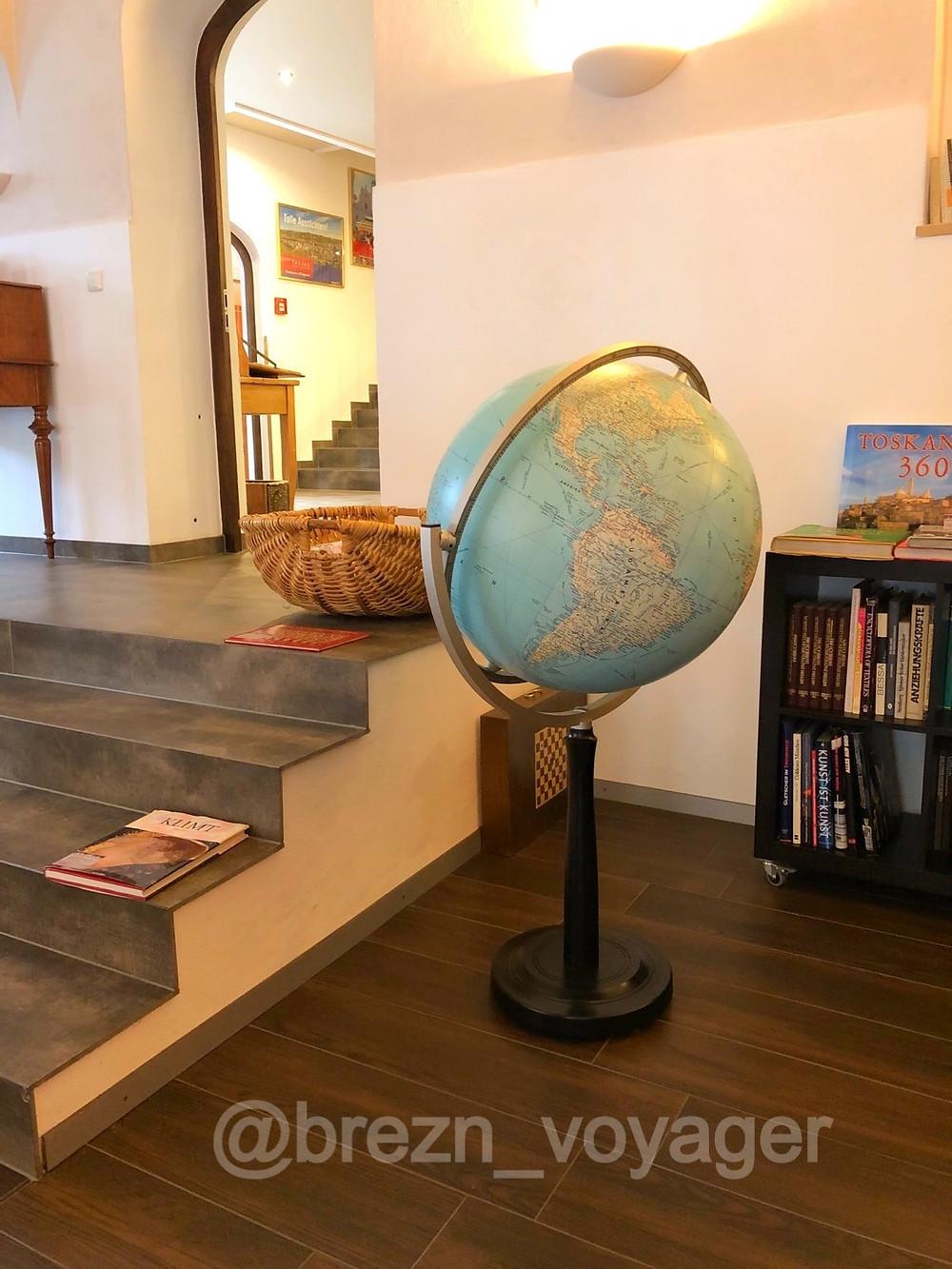 Die Lese-Lounge neben der Lobby ist detailreich und stilvoll eingerichtet