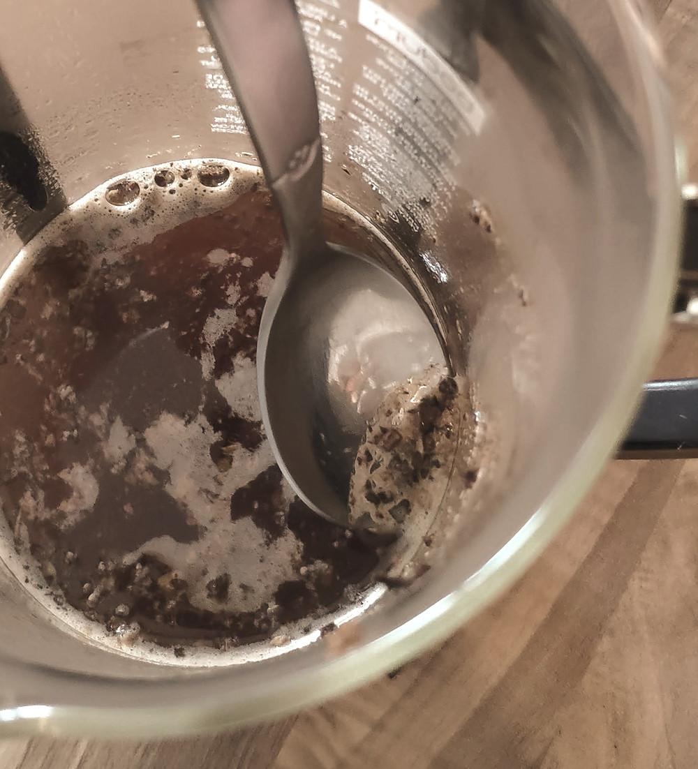 French Press : enlever la croûte qui s'est formé pendant l'infusion du café