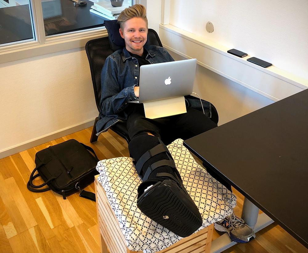 Billede af Stefan på hjemmekontoret til brug i hans arbejdslysthistorie.
