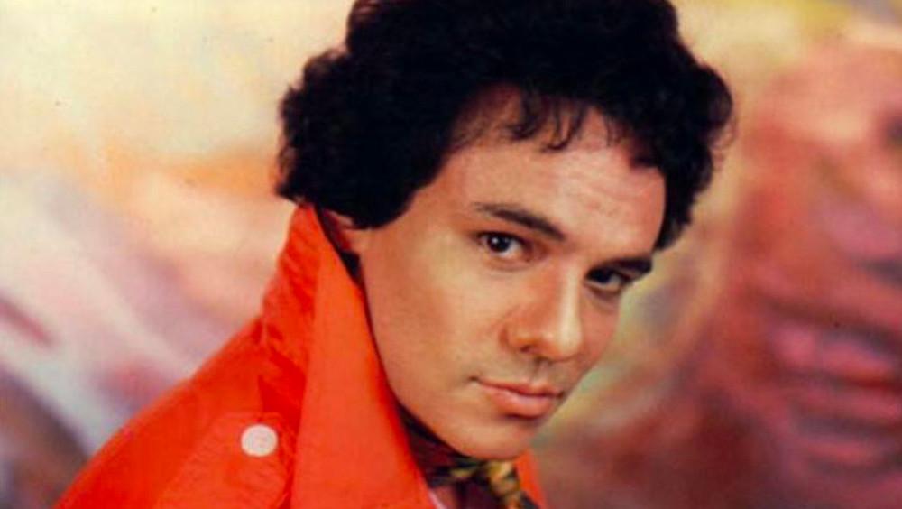 José José, camisa anaranjada.