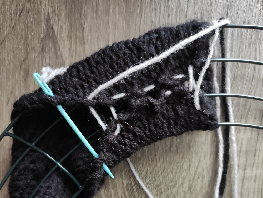 visual aid for seaming the fabric around the wire frame.
