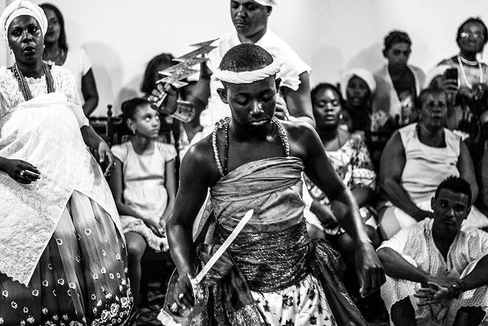 Fotografia de Tacun lecy que mostra Ògún no Ilê Axé Ogunjá.