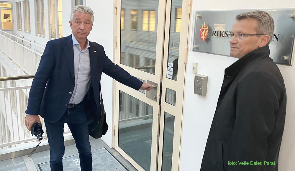 YS Stat-leder Pål N. Arnesen (t.v.) på vei inn til Riksmeklerens kontor for oppstart av meklingen i lønnsopggjøret i staten.