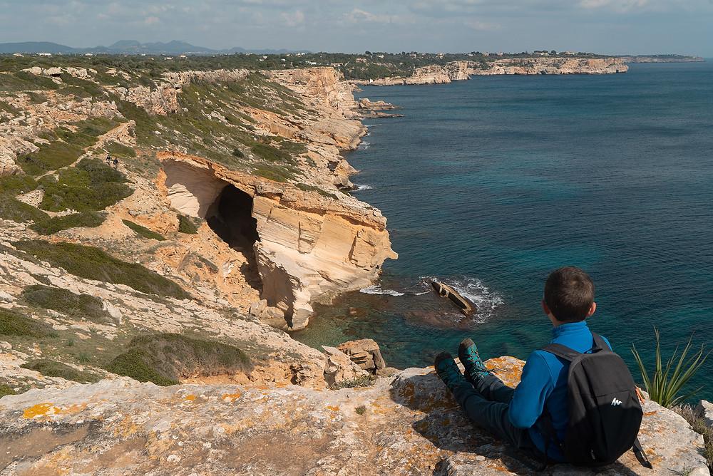 Cuando haces la excursión a Cala Marmols pasas por distintas calas preciosas y formaciones rocosas.