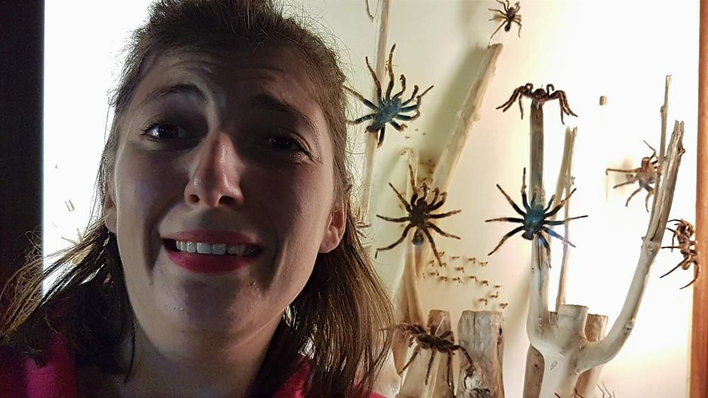 Une jeune femme a peur des insectes