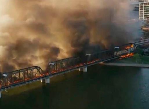 Descarrilamiento de tren en Arizona provoca incendio y colapso de un puente