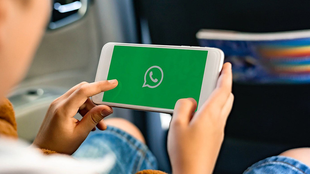 Persona usando WhatsApp.