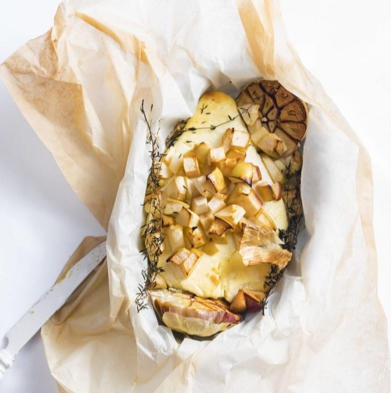 Keptas varškės sūris su obuoliais, baltas sūris, orkaitėje keptas sūris, Alfo receptai