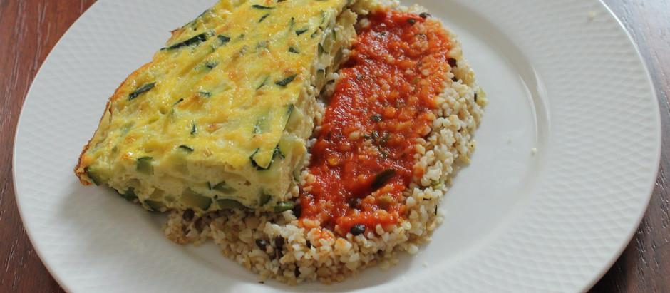 Frittata de courgettes accompagnée d'un mélange gourmand et sauce tomate
