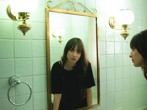 מה את רואה כשאת מסתכלת על עצמך במראה? האם אתה אוהבת את מה שאת רואה?