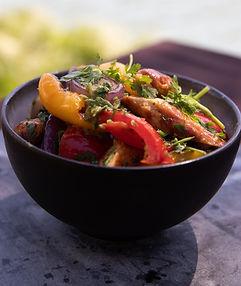 Sočios ant grilio keptų dešrelių salotos