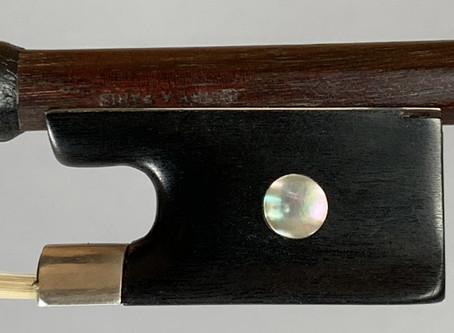 L'atelier vous propose un archet d'alto et un archet de violoncelle signés Joseph Henry.