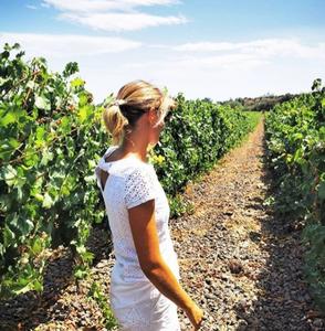 Margot dans les vignes