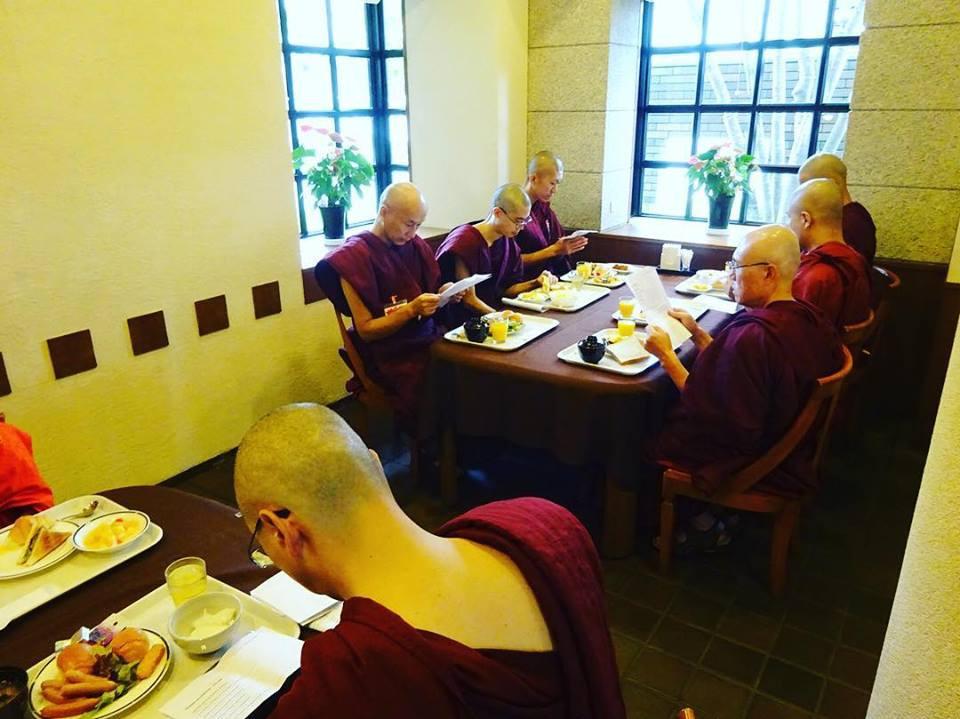 #jtba 精舎日記  食事の前に四具の観察「食事の観察」を唱える比丘  生きとし生けるものが幸せでありますように